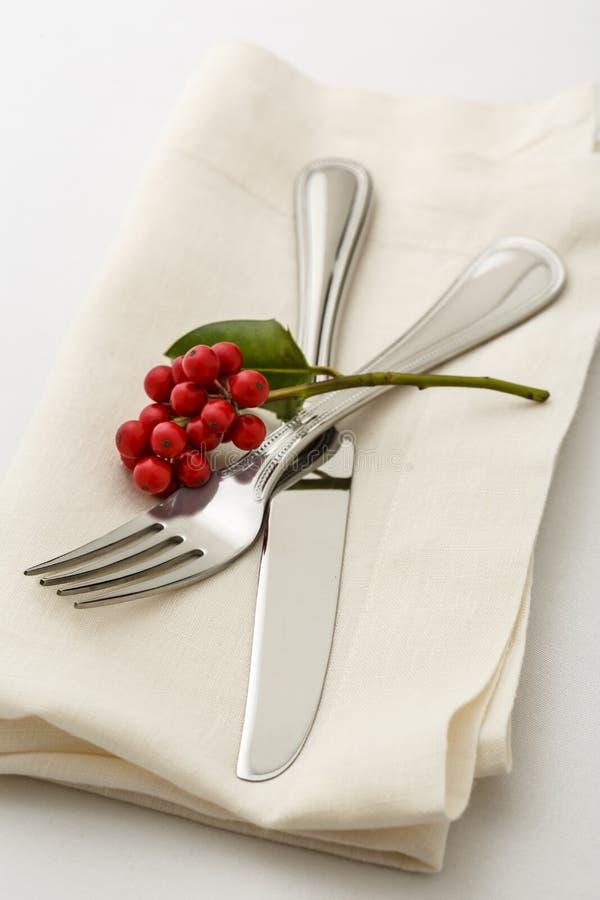 Świąteczny Bożenarodzeniowy obiadowego stołu położenia miejsca położenie z silverware rozwidleniem i nóż na sukiennej pielusze z  fotografia royalty free