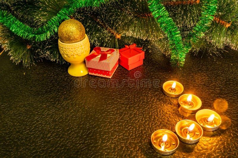 Świąteczny Bożenarodzeniowy skład z wosk świeczkami, prezentów pudełkami i srebnymi koralikami, Dekoracje dla sylwesteru Na ciemn zdjęcia stock
