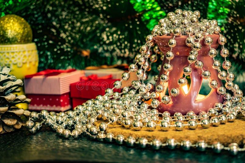 Świąteczny Bożenarodzeniowy skład z wosk świeczkami, prezentów pudełkami i srebnymi koralikami, Dekoracje dla sylwesteru Na ciemn obraz stock