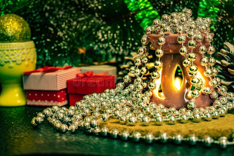 Świąteczny Bożenarodzeniowy skład z wosk świeczkami, prezentów pudełkami i srebnymi koralikami, Dekoracje dla sylwesteru Na ciemn zdjęcie stock