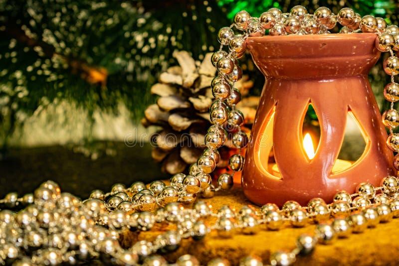 Świąteczny Bożenarodzeniowy skład z wosk świeczkami, prezentów pudełkami i srebnymi koralikami, Dekoracje dla sylwesteru Na ciemn fotografia royalty free