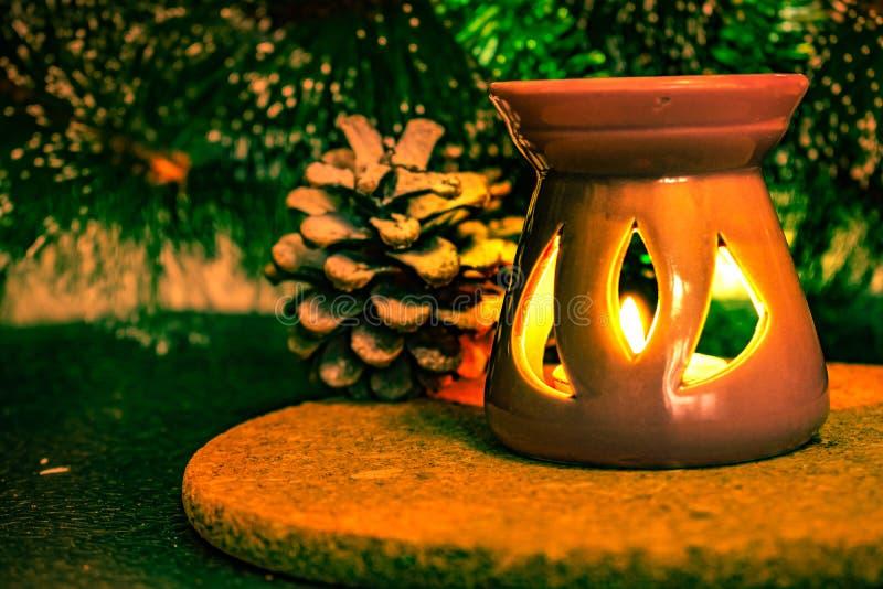 Świąteczny Bożenarodzeniowy skład z wosk świeczkami, prezentów pudełkami i srebnymi koralikami, Dekoracje dla sylwesteru Na ciemn zdjęcie royalty free