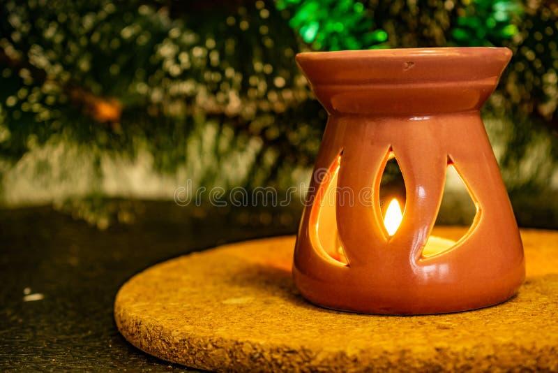 Świąteczny Bożenarodzeniowy skład z wosk świeczkami, prezentów pudełkami i srebnymi koralikami, Dekoracje dla sylwesteru Na ciemn obrazy royalty free