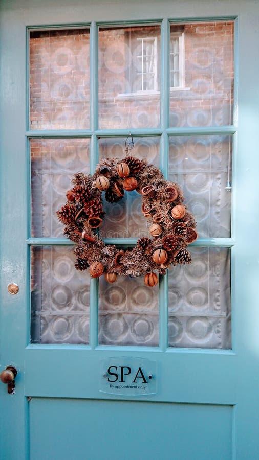 Świąteczny drzwiowy wianek przy bożymi narodzeniami fotografia stock