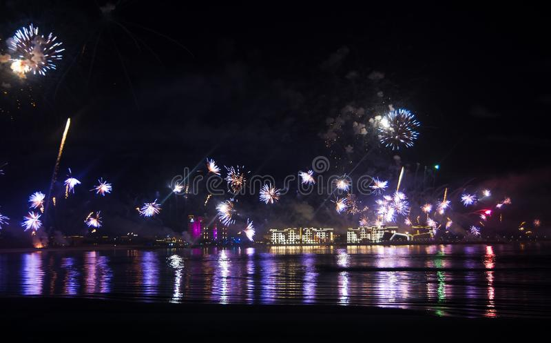 Świąteczny fajerwerk nad nadmorski wodą zdjęcie stock