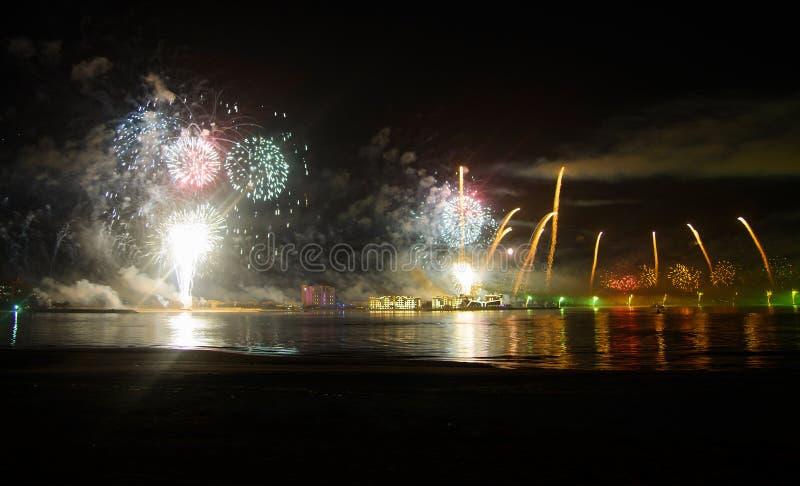 Świąteczny fajerwerk nad nadmorski wodą fotografia stock