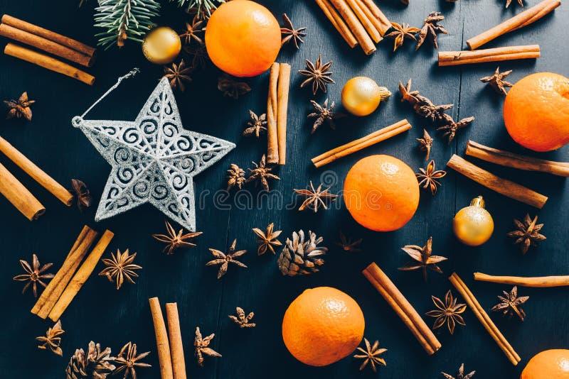Świąteczny Karmowy tło Bożenarodzeniowa dekoracja z pomarańcze, cynamonowego i gwiazdowego anyżem, obraz royalty free