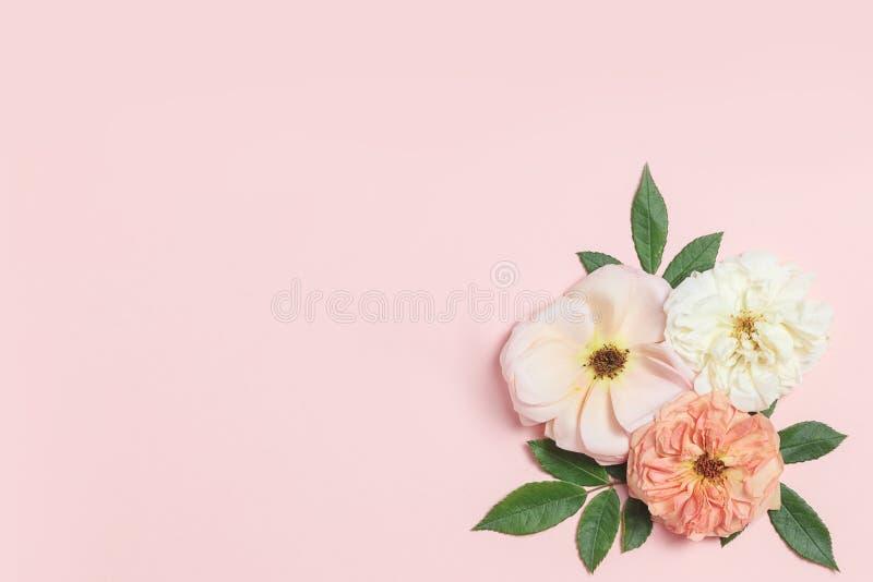 Świąteczny kwiatu skład na szarym tle Odgórny widok overhead fotografia stock