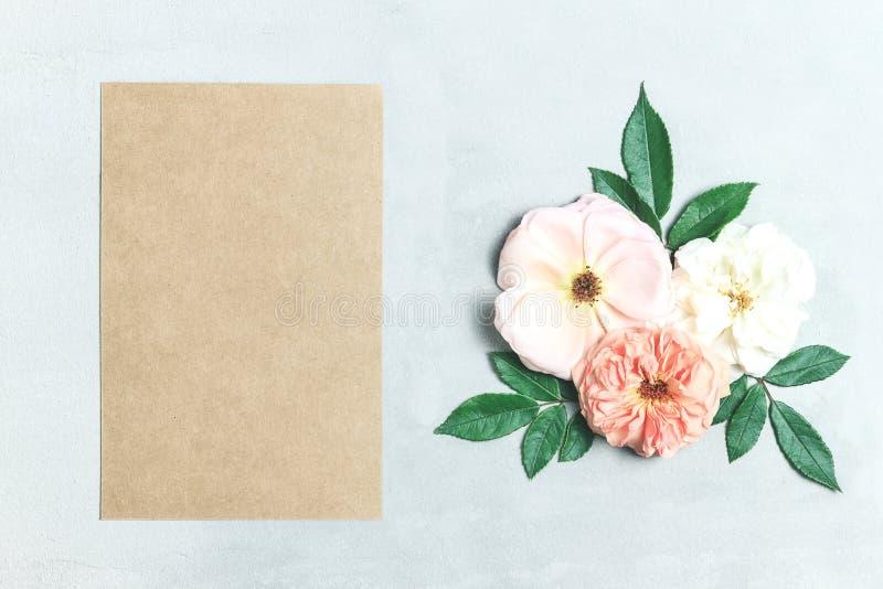 Świąteczny kwiatu skład na szarym tle Odgórny widok overhead obrazy stock