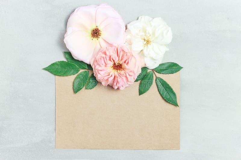 Świąteczny kwiatu skład na szarym tle Odgórny widok overhead zdjęcie stock