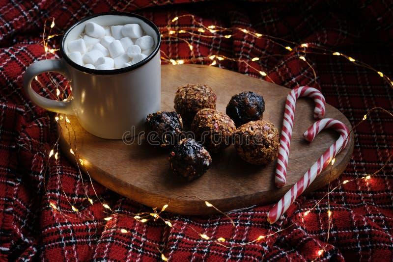 Świąteczny piżmowy kakao z kulkami energetycznymi i cukierkami obraz stock