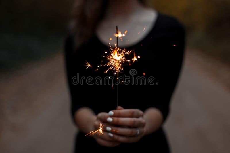 Świąteczny sparkler Kobiet ręki trzymają jaskrawego sparkler fotografia royalty free