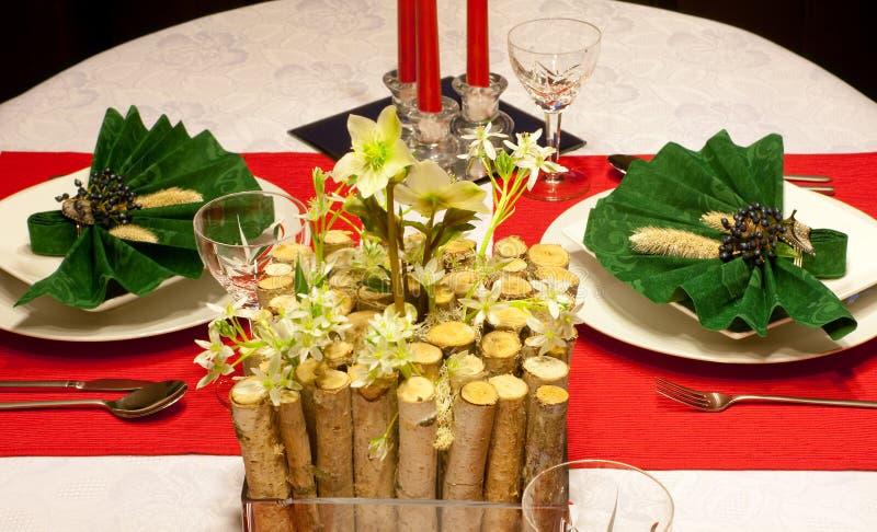Świąteczny stół w czerwieni i zieleni zdjęcia stock
