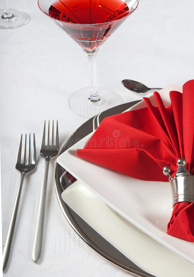 Świąteczny stół w czerwonym 2 i bielu obraz stock