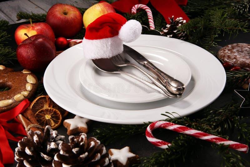 Świąteczny stołowy położenie dla xmas z rozwidleniem, nożem, dokrętkami i jabłkami, zdjęcia stock