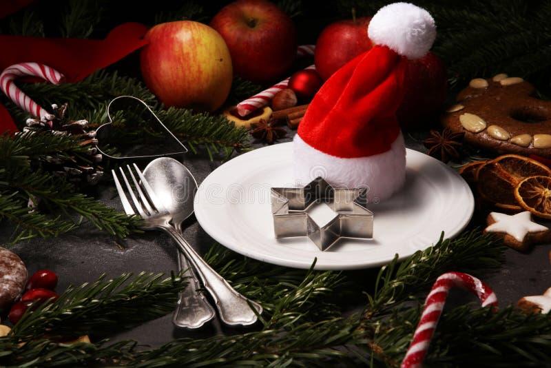 Świąteczny stołowy położenie dla xmas z rozwidleniem, nożem, dokrętkami i jabłkami, fotografia royalty free