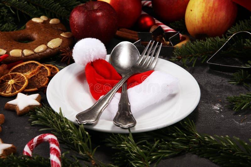 Świąteczny stołowy położenie dla xmas z rozwidleniem, nożem, dokrętkami i jabłkami, obrazy stock