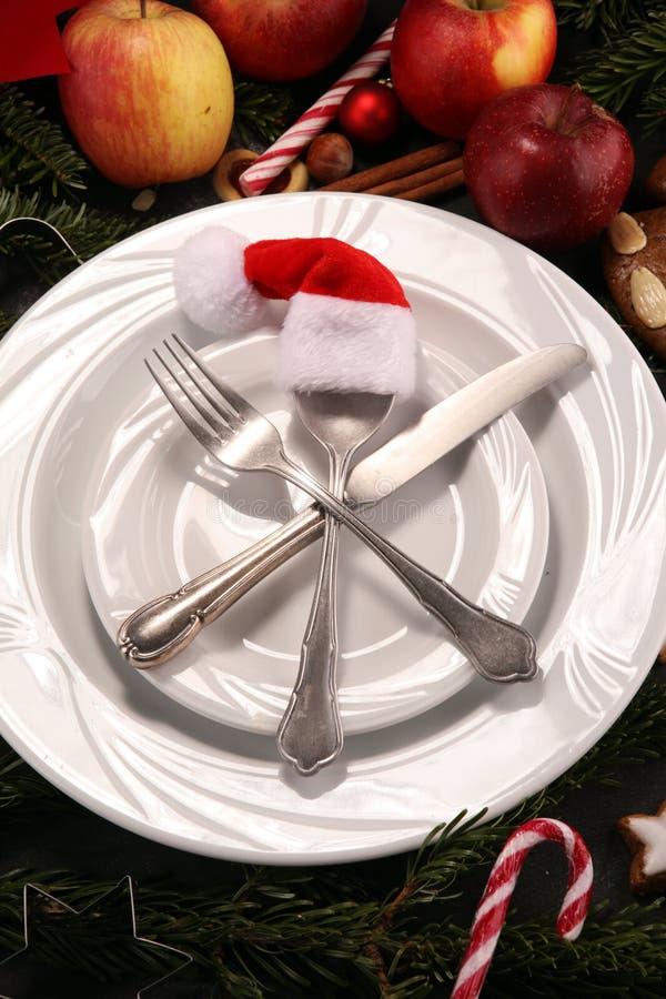 Świąteczny stołowy położenie dla xmas z rozwidleniem, nożem, dokrętkami i jabłkami, obraz stock