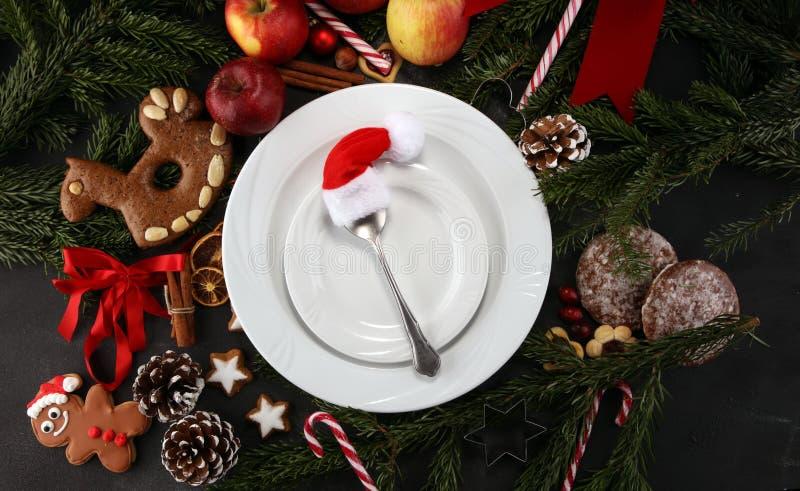 Świąteczny stołowy położenie dla xmas z rozwidleniem, nożem, dokrętkami i jabłkami, obrazy royalty free
