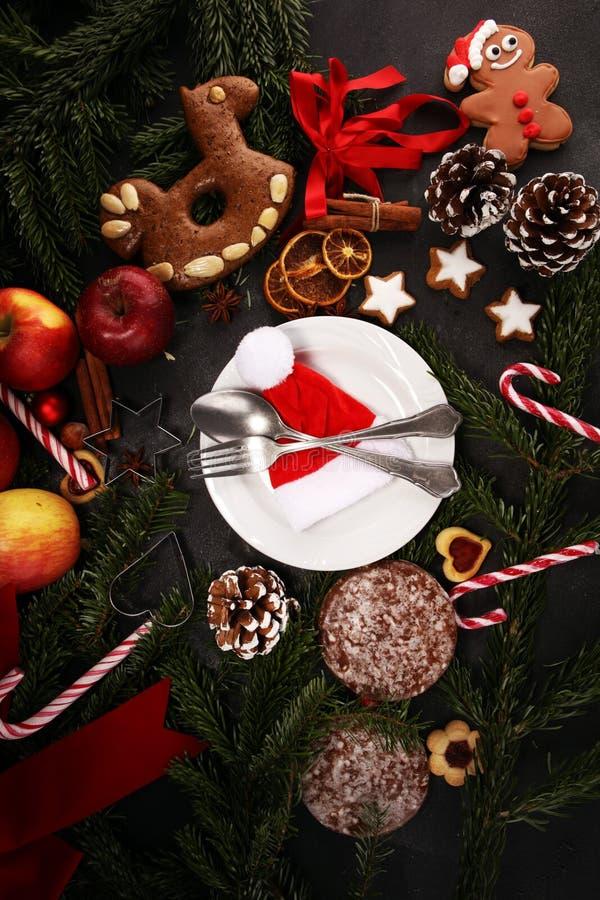 Świąteczny stołowy położenie dla xmas z rozwidleniem, nożem, dokrętkami i jabłkami, obraz royalty free