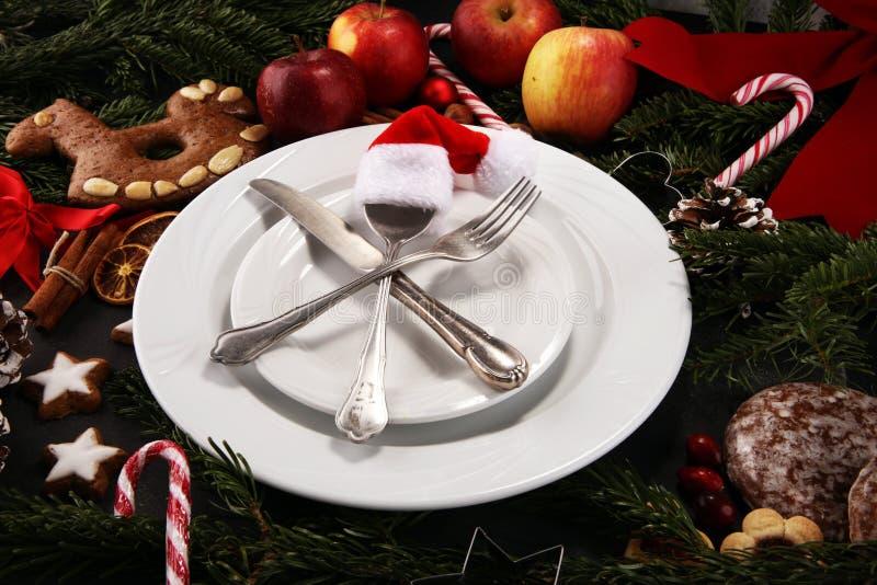 Świąteczny stołowy położenie dla xmas z rozwidleniem, nożem, dokrętkami i jabłkami, zdjęcia royalty free