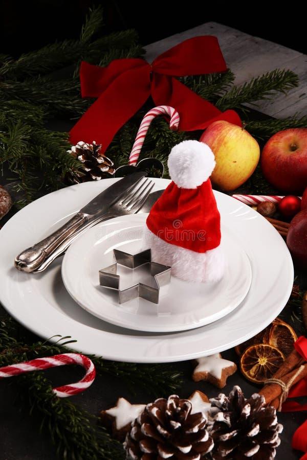 Świąteczny stołowy położenie dla xmas z rozwidleniem, nożem, dokrętkami i jabłkami, fotografia stock
