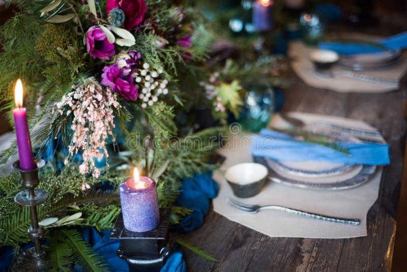 Świąteczny stołowy położenie z bukietem, świeczkami i deserem kwiatów, fotografia royalty free