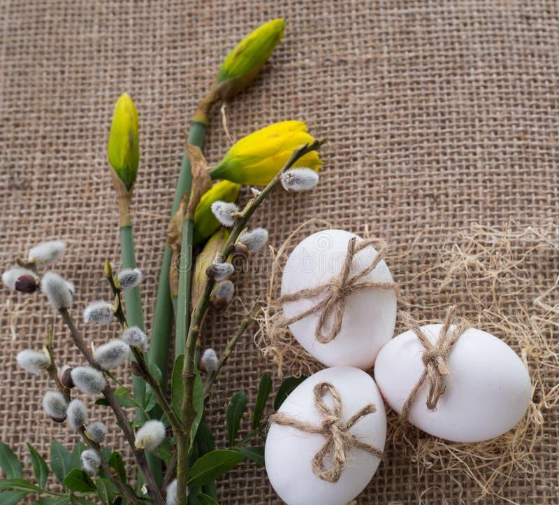Świąteczny tło dla Wielkanocnego wiosna bukieta, jajek i zdjęcia royalty free