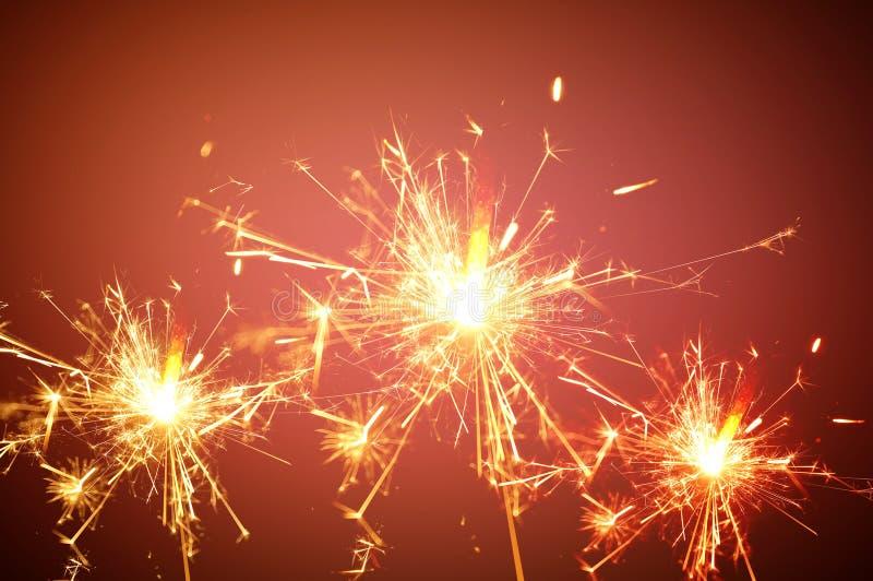 Świąteczny tło, sparkler światło na czerwonym tle zdjęcie stock