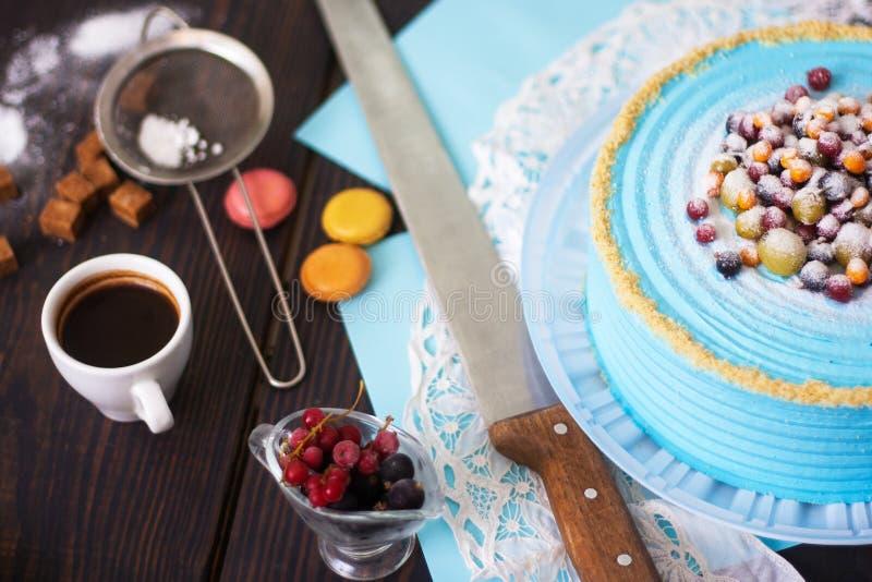 Świąteczny tort z błękitną śmietanką dekorował z jagodami wypiekowy domowej roboty Zako?czenie zdjęcie royalty free