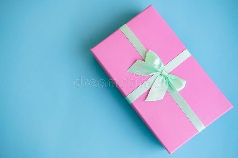 Świąteczny wakacyjny nowy rok i Bożenarodzeniowy błękitny tło z różowym prezenta pudełkiem Pojęcie karnawał, urodziny, przyjęcie  obraz royalty free