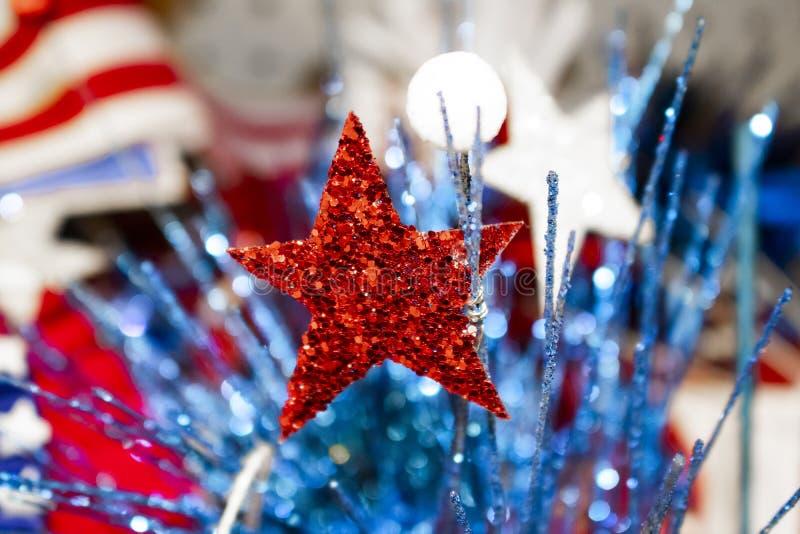 Świąteczny wakacyjny tło z zamazaną flaga w tła, błyskotliwości bokeh elementach w przedpolu i - czerwony whit obrazy stock
