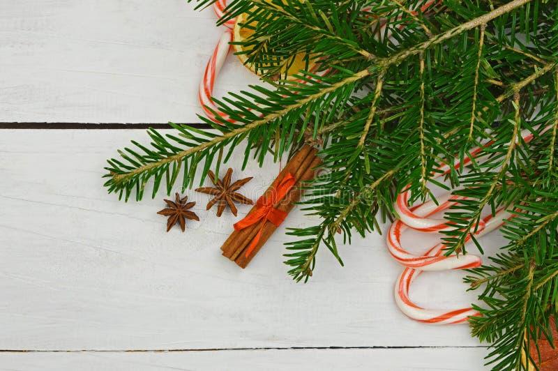 Świąteczny wystrój: cukierki, wysuszone owoc, cynamon, anyż, boże narodzenia obraz stock