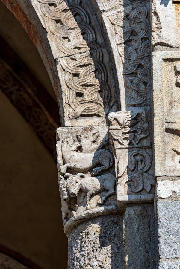 Świątobliwa Ambrogio bazylika Mediolański Włochy - kolumna i kapitał zdjęcie stock