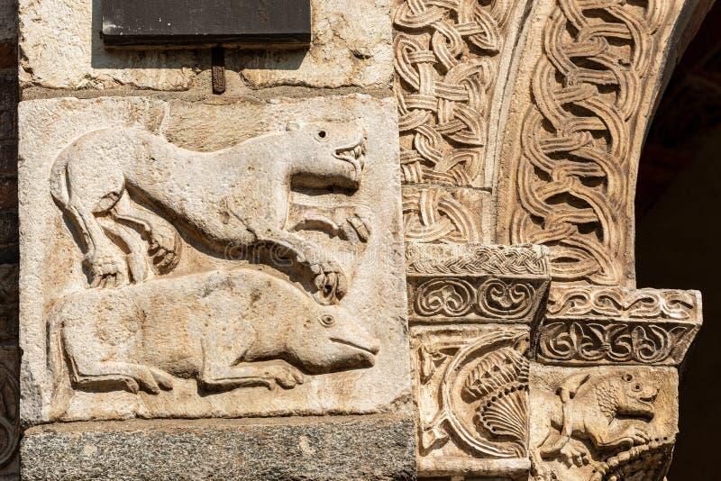 Świątobliwa Ambrogio bazylika Mediolański Włochy - kolumna i kapitał fotografia royalty free