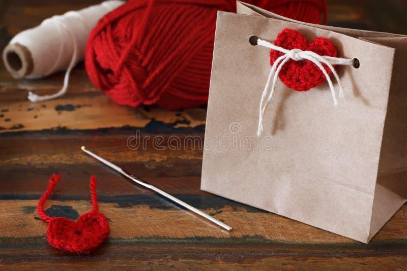 Świątobliwa walentynka dnia dekoracja: handmade szydełkowy czerwony serce dla fotografia stock