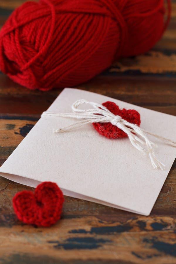 Świątobliwa walentynka dnia powitań handmade karta z czerwienią szydełkowy h zdjęcia royalty free
