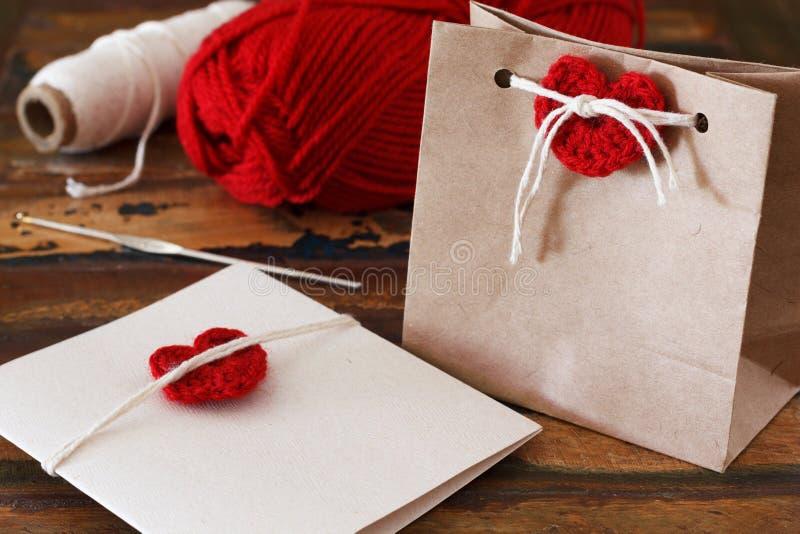 Świątobliwa walentynki dekoracja: handmade szydełkowy czerwony serce dla wita zdjęcia stock