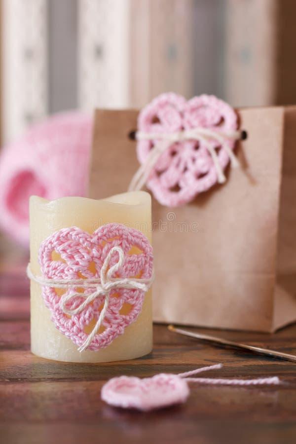 Świątobliwa walentynki dekoracja: handmade szydełkuje różowego serce dla cand obrazy royalty free