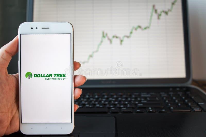 ŚWIĄTOBLIWY PETERSBURG ROSJA, CZERWIEC, - 25, 2019: Dolarowego drzewa Prowiantowy logo na smartphone ekranie obrazy stock