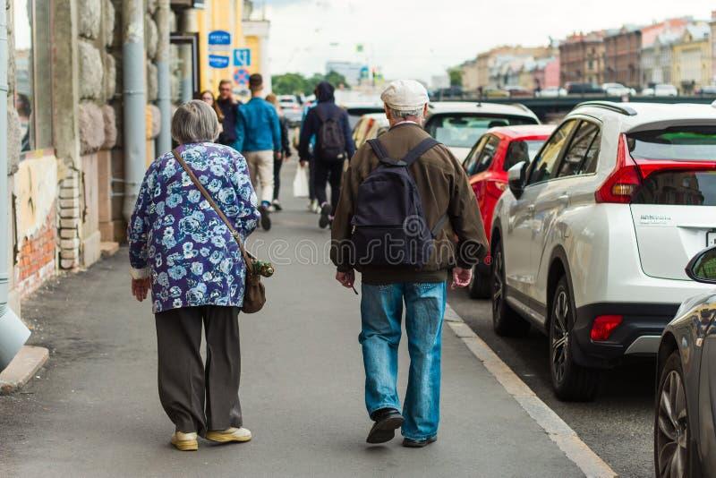 Świątobliwy Petersburg, Rosja, 27 2019 Czerwiec - starsze osoby mężczyzna i kobiety odprowadzenie wokoło miasta zdjęcia royalty free