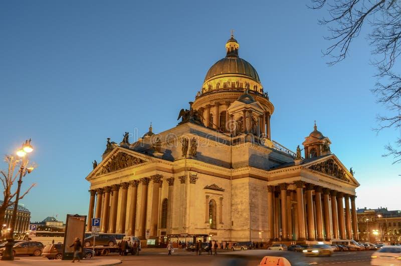 Świątobliwy Petersburg, ROSJA - 27 Grudzień, 2015 St Isaac katedra przy półmrokiem obrazy royalty free