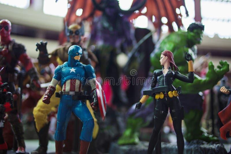 ?WI?TOBLIWY PETERSBURG ROSJA, KWIECIE?, - 27, 2019: The Avengers zespala si?, kapitan Ameryka i Czarna wdowa fotografia royalty free