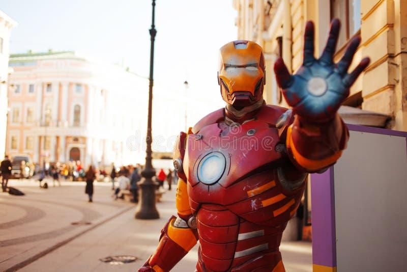 ŚWIĄTOBLIWY PETERSBURG ROSJA, KWIECIEŃ, - 3, 2019: postać żelazny mężczyzna na ulicie, charakter od mścicieli zdjęcie royalty free