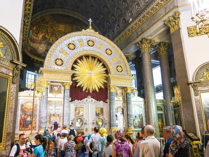 ŚWIĄTOBLIWY PETERSBURG ROSJA, LIPIEC, - 27, 2018: Ludzie w kreskowym czekaniu uwielbiać Nasz damy ikonę w Kazan katedrze zdjęcie royalty free