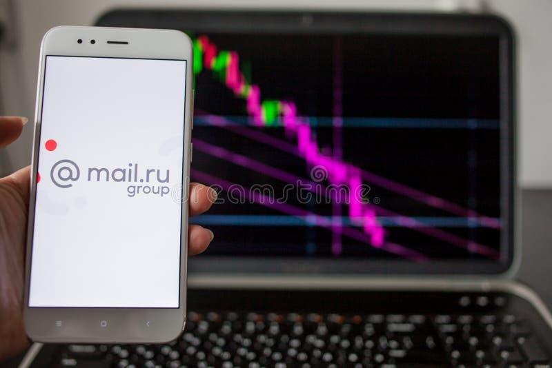ŚWIĄTOBLIWY PETERSBURG ROSJA, MAJ, - 14, 2019: logo Rosyjska firmy poczta ru grupa na tle akcyjne mapy fotografia royalty free