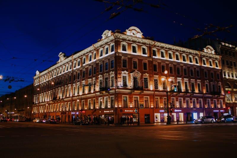 Świątobliwy Petersburg, Rosja, może 2019, wieczór Nevsky perspektywa Światła na latarniach ulicznych w centrum miasta Ruch drogow fotografia royalty free