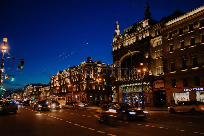 Świątobliwy Petersburg, Rosja, może 2019, wieczór Nevsky perspektywa Światła na latarniach ulicznych w centrum miasta Ruch drogow obrazy royalty free