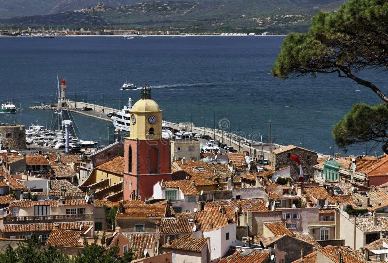 Świątobliwy Tropez, spojrzenie na zatoce St Tropez z farnym kościół, Cote d'azur, Południowy Francja zdjęcie royalty free