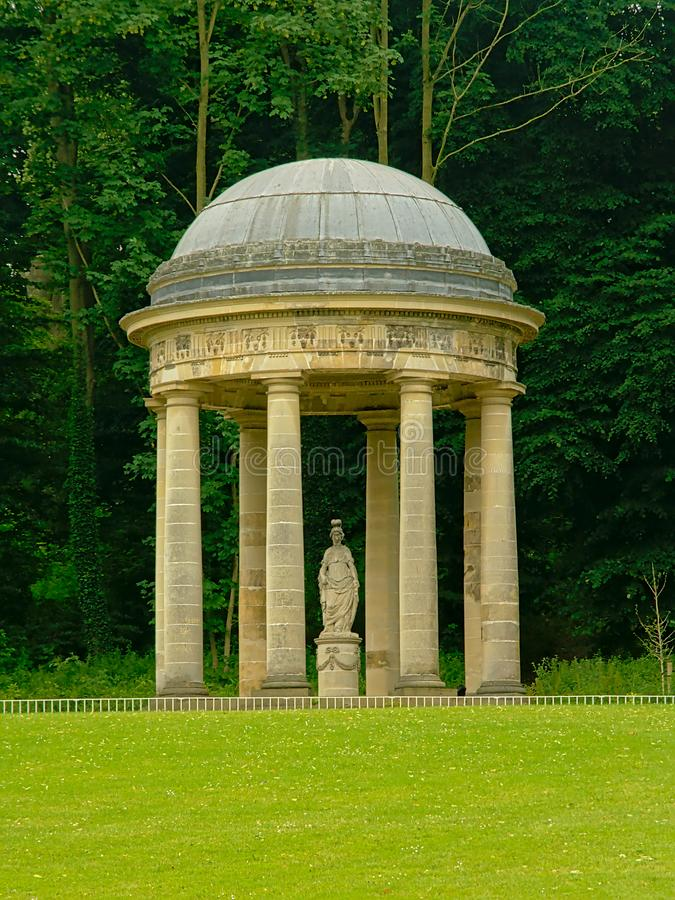 Świątynia bogini Minerva w Englisih ogródzie Alden Biesen kasztel, Belgia zdjęcia royalty free